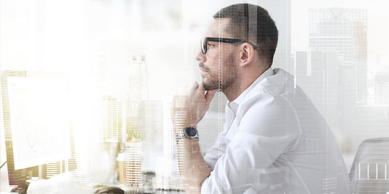 Mężczyzna w domowym biurze
