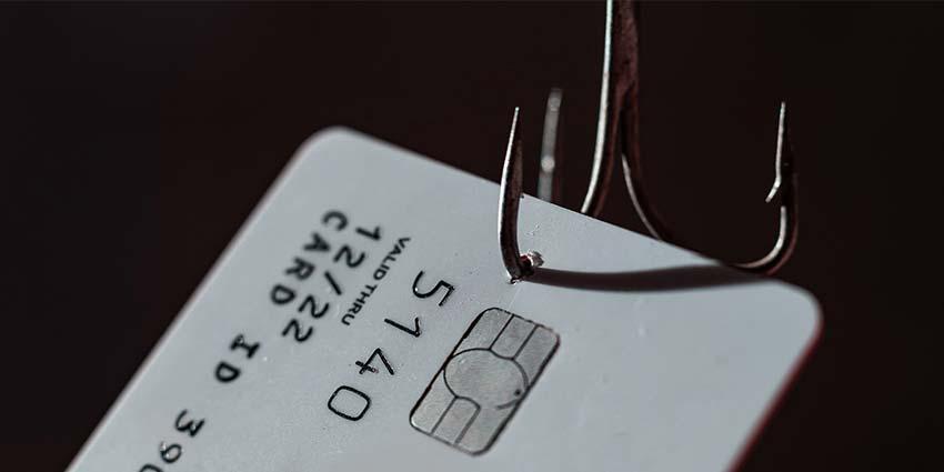 Karta bankowa złapana na haczyk