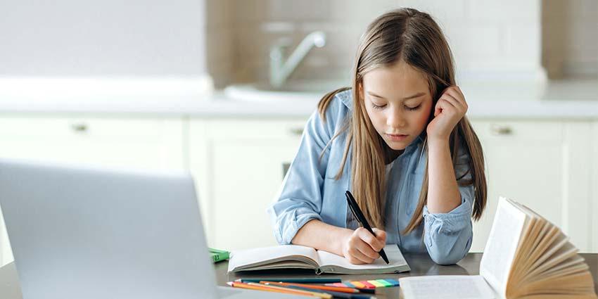 Dziecko podczas nauki zdalnej w domu
